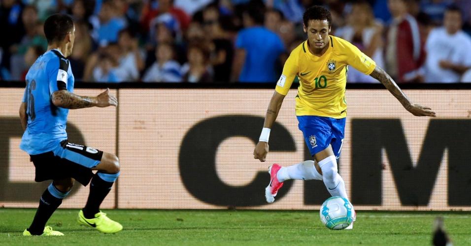 Neymar parte para o ataque marcado de perto por Maxi Pereira