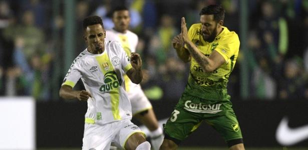 Reinaldo e Jonas Gutierrez disputam bola na partida Defensa y Justicia x Chapecoense
