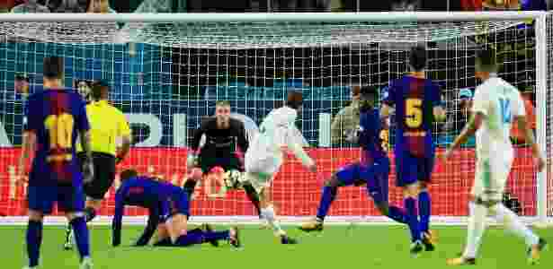 Cilessen observa lance no jogo entre Real Madrid e Barcelona - Chris Trotman/Getty Images - Chris Trotman/Getty Images