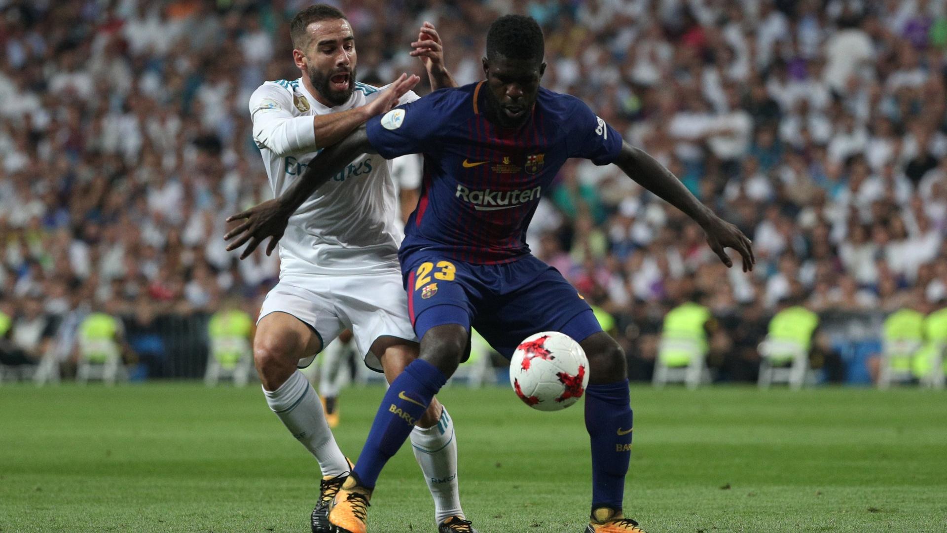 Carvajal tenta roubar a bola de Umtiti, durante a partida entre Real Madrid e Barcelona
