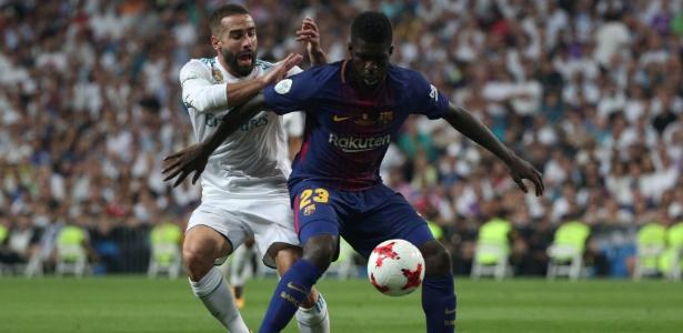 Carvajal tenta roubar a bola de Umtiti durante jogo entre Real Madrid e Barcelona