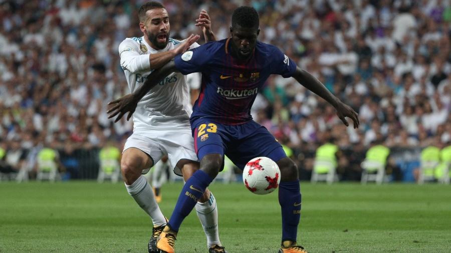 Carvajal tenta roubar a bola de Umtiti, durante a partida entre Real Madrid e Barcelona - REUTERS/Sergio Perez