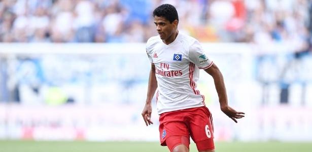 Douglas Santos em jogo pelo Hamburgo; lateral está procurando um novo clube