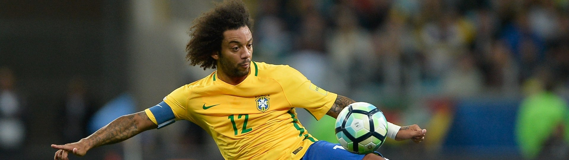 Marcelo arrisca virada de bola durante o jogo contra o Uruguai