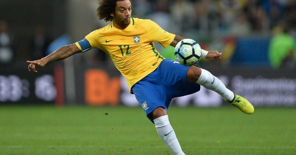 Marcelo arrisca virada de bola durante o jogo contra o Uruguai