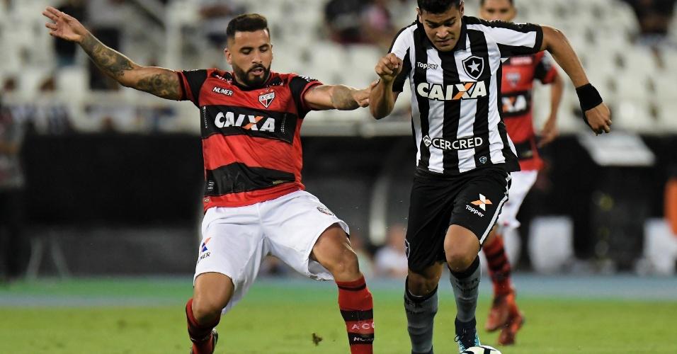 Brenner passa pela marcação de André Castro na partida entre Botafogo e Atlético-GO, no Estádio Nilton Santos