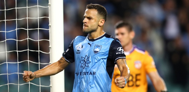 Técnico do Sydney FC, Graham Arnold cumprimenta atacante Bobô, ex-Grêmio - Mark Kolbe/Getty Images