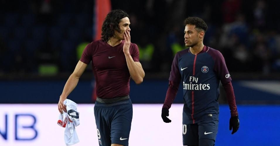 Cavani e Neymar conversam após a vitória do PSG sobre o Strasbourg