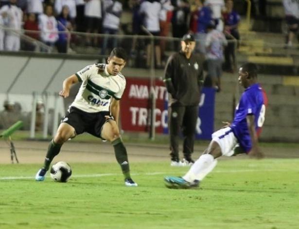 Sandro Forner observa lance no jogo contra o Paraná: Coxa intranquilo no 'terço final'