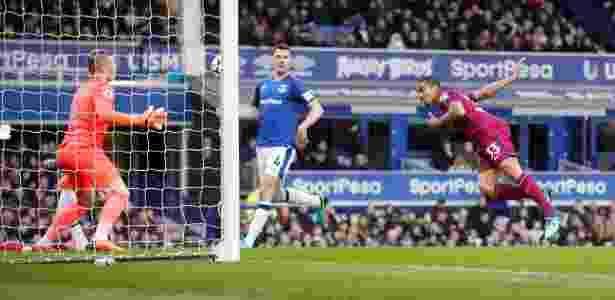 Gabriel Jesus cabeceia para anotar o segundo gol do City sobre o Everton - Carl Recine/Reuters - Carl Recine/Reuters
