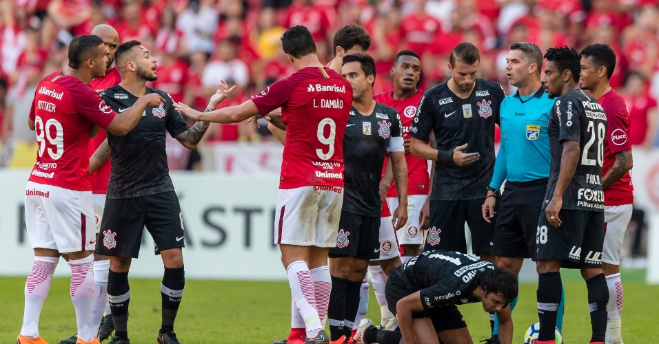 Jogadores de Internacional e Corinthians discutem após falta em Romero