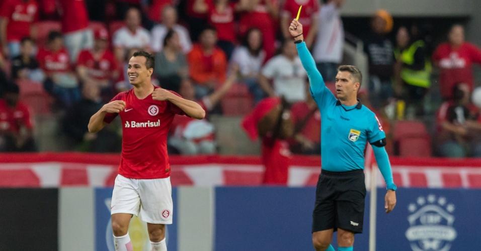 Leandro Damião leva cartão amarelo após tirar a camisa para comemorar o gol do Inter contra o Corinthians