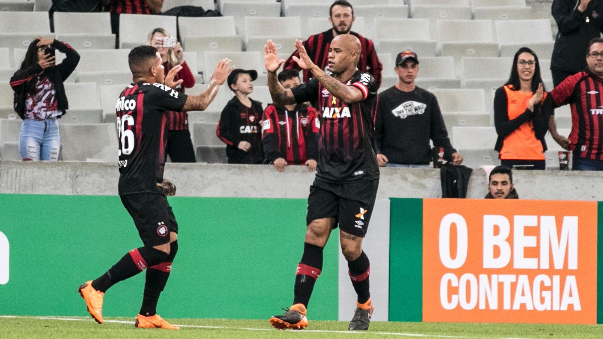 Thiago Heleno e Carleto comemoram gol do Atlético-PR contra o Santos pelo Campeonato Brasileiro