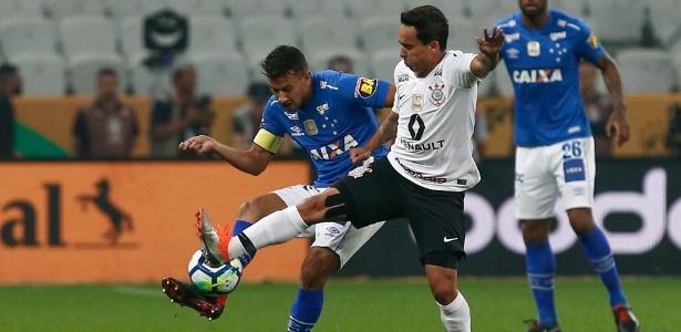 Henrique (e) e Jadson (d) disputam bola durante final da entre Corinthians e Cruzeiro
