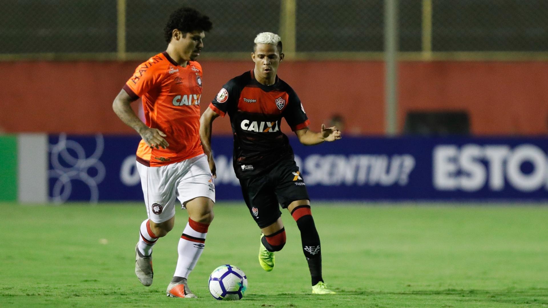 Jogadores de Vitória e Atlético-PR disputam bola durante duelo pelo Brasileirão