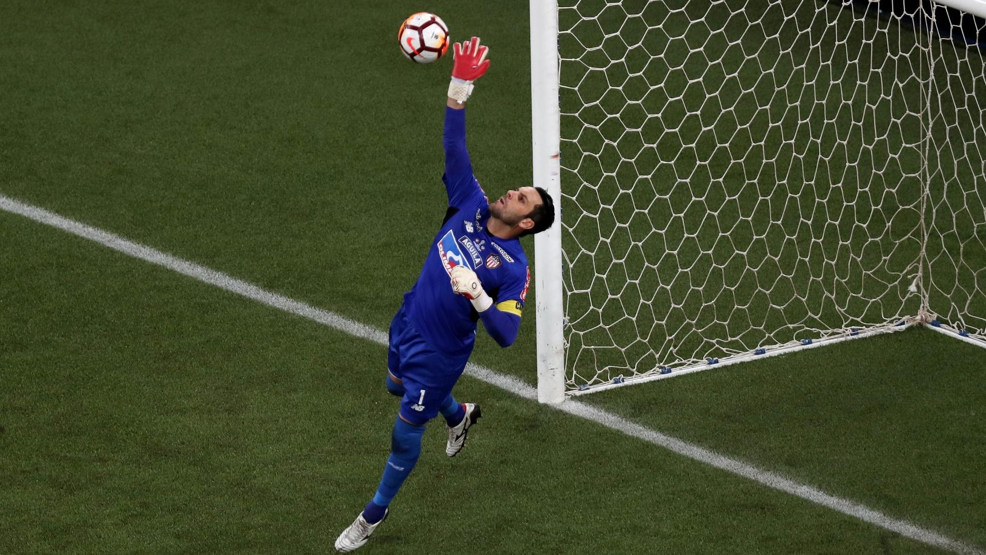 Sebastian Viera, goleiro do Junior de Barranquilla, durante jogo contra o Atlético-PR