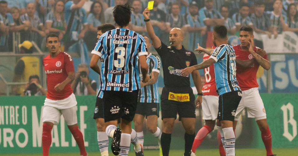 Jean Pierre Lima dá cartão amarelo durante clássico entre Grêmio e Internacional