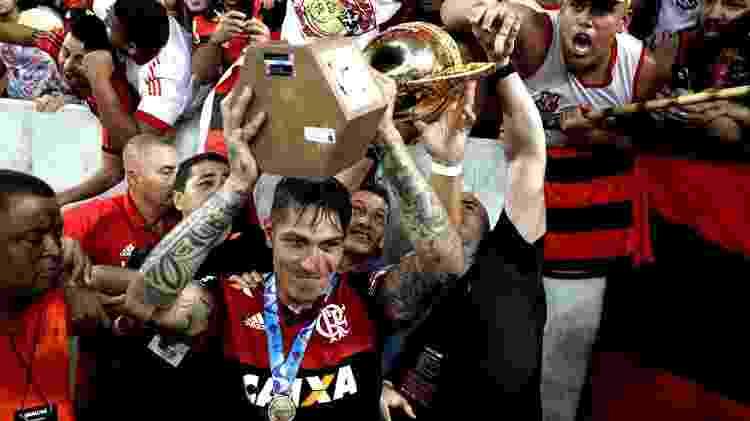 Paolo Guerrero levanta troféu do Carioca vencido pelo Flamengo em 2017 - Ricardo Moraes/Reuters - Ricardo Moraes/Reuters