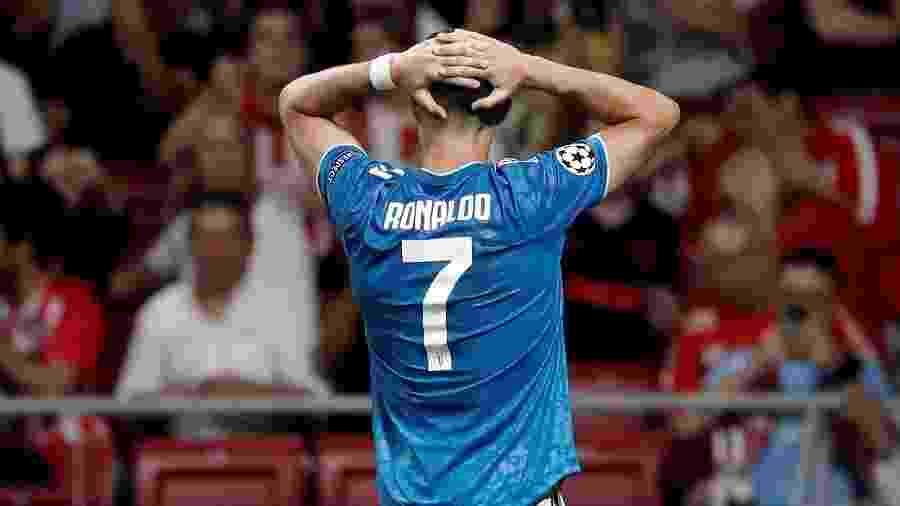 Cristiano Ronaldo se lamenta durante a partida da Juventus contra o Atlético de Madri - Burak Akbulut/Anadolu Agency via Getty Images