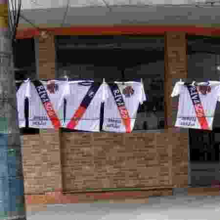 """Camisas da """"RiVasco"""" estão sendo vendidas no entorno de São Januário antes da partida entre Vasco e Goiás - UOL Esporte"""