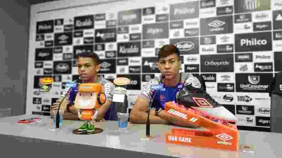 Kaio Jorge (direita) e Sandry (esquerda) concedem entrevista coletiva no CT do Santos - UOL
