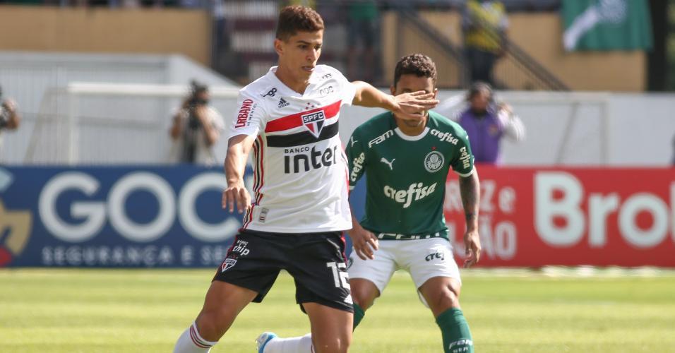 Marcos Rocha jogador disputa lance com Vitor Bueno no Choque-Rei