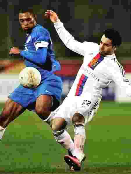 Douglas, pelo Dnipro, marca Salah, então no Basel-SUI, pela Liga Europa 2014/2015 - AFP