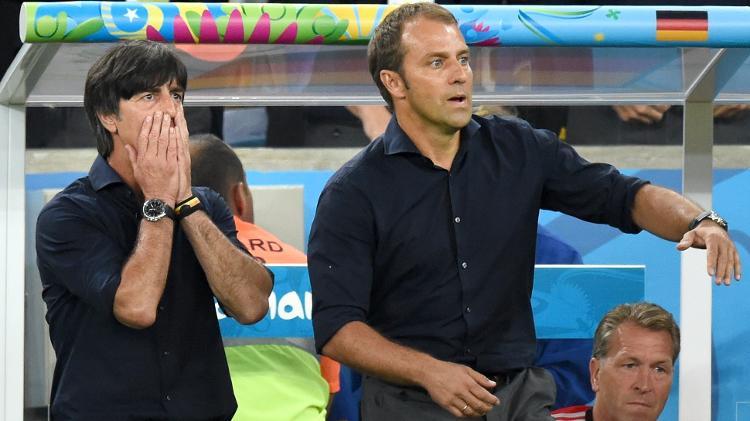 Flick (dir) ao lado de Joachim Low no banco de reservas alemão na final da Copa de 2014 - Getty Images