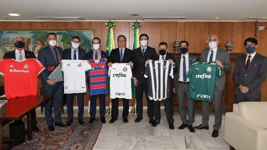 Jair Bolsonaro (ao centro, sem máscara) recebeu representantes de clubes no final de junho em conversa por MP do Mandante - Marcos Corrêa/PR