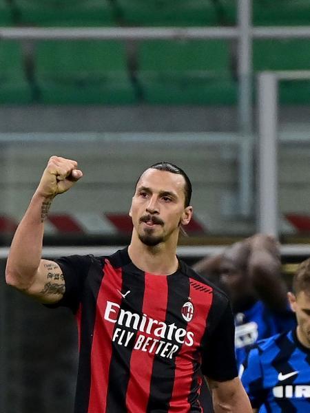 Ibrahimovic comemora gol do Milan contra a Inter de Milão - Miguel MEDINA / AFP)
