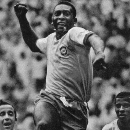 """Entre Tostão e Jairzinho, Pelé comemora gol contra a Checoslováquia, com seu famoso """"soco no ar"""", na Copa de 1970 - Divulgação/CBF"""
