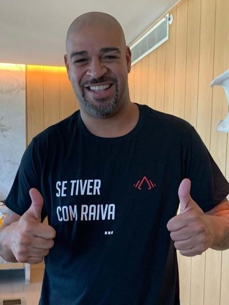 Adriano com uma das camisas de sua marca - Reprodução/Instagram