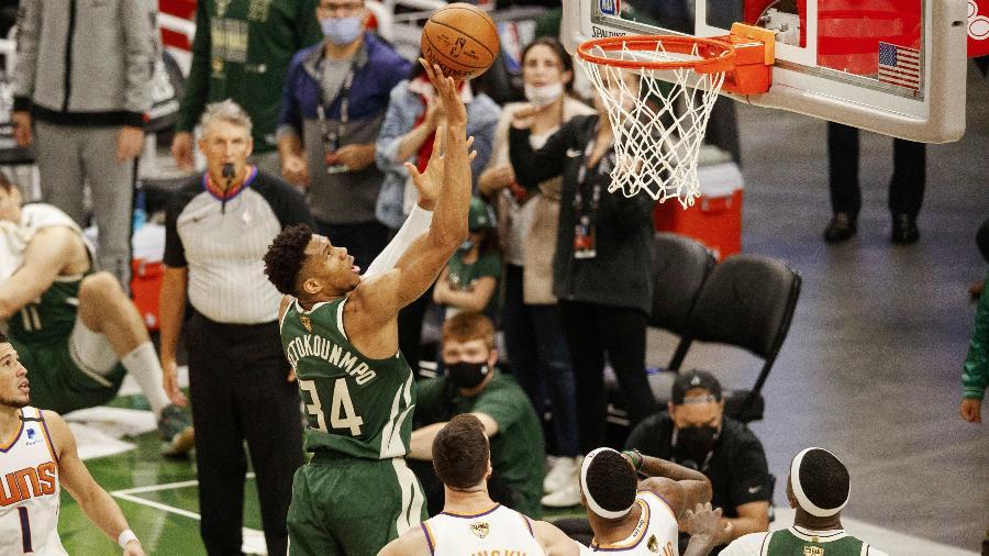 Giannis Antetokounmpo, do Milwaukee Bucks, finaliza durante jogo contra o Phoenix Suns na final da NBA - Jeff Hanisch/USA TODAY Sports