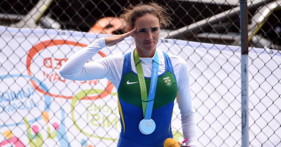 Atleta militar, Fabiana Beltrame presta continência no pódio do remo