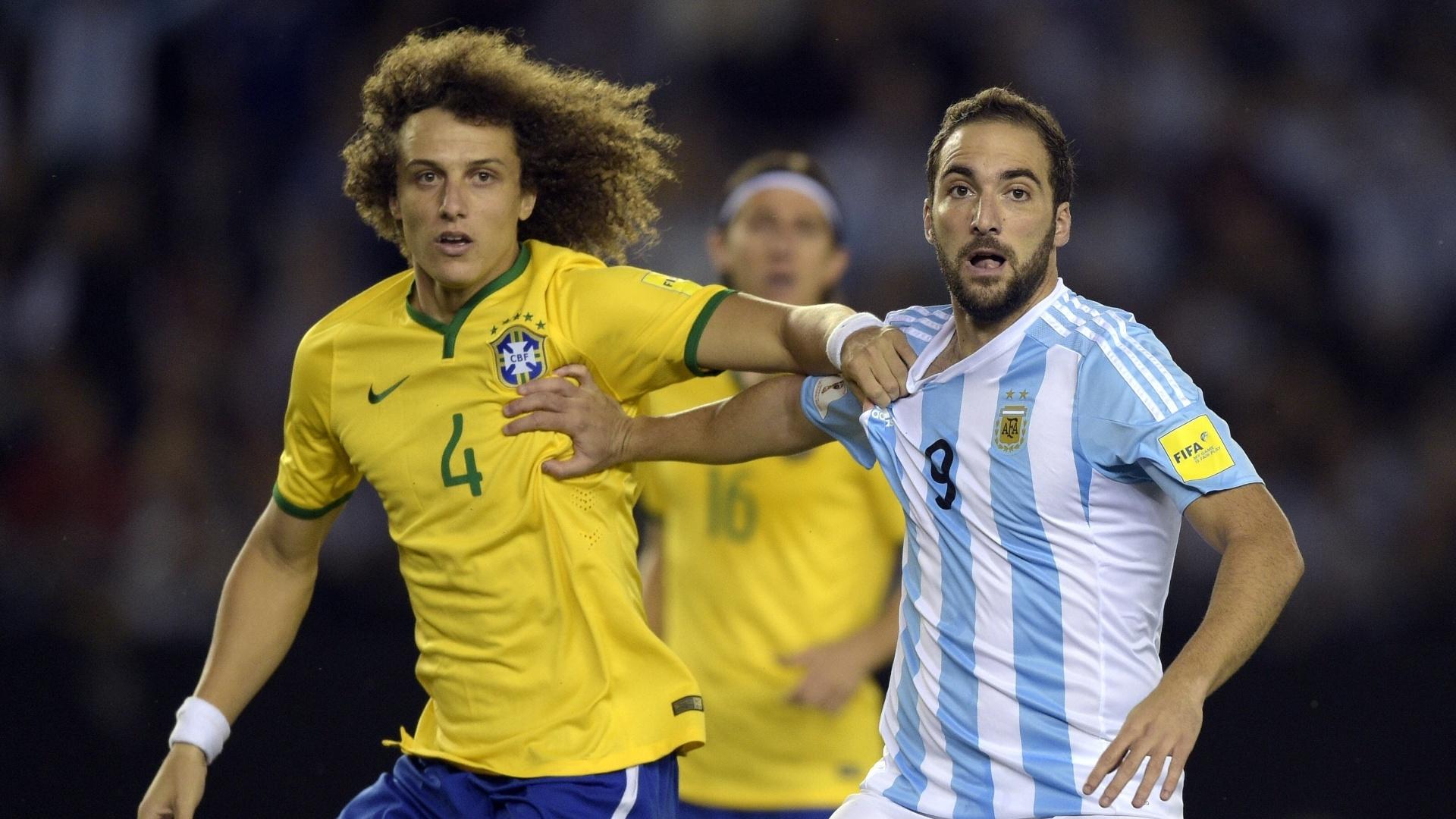 David Luiz e Higuain disputam lance durante o clássico entre Brasil e Argentina