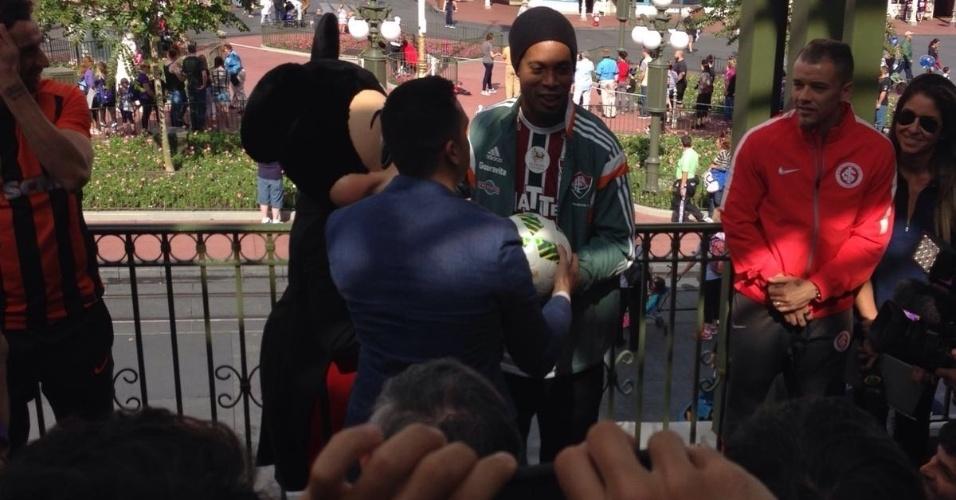 Representando o Fluminense, Ronaldinho posa ao lado do Mickey durante a Parada da Disney
