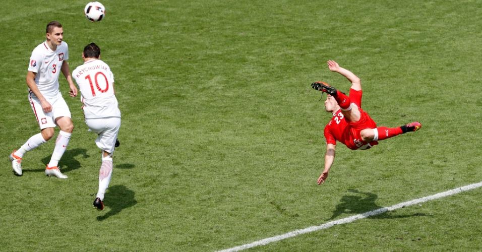 Shaqiri arma voleio que resultou no gol de empate da Suíça