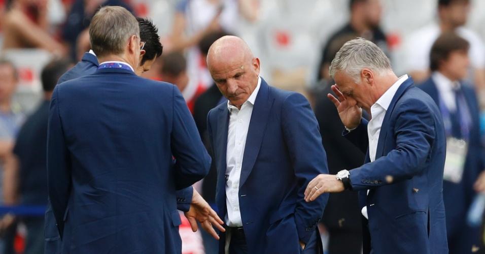 Didier Deschamps, técnico da França, tenta se livrar dos insetos que infestaram o gramado do Stade de France antes da final da Eurocopa