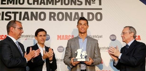Cristiano Ronaldo recebe troféu oferecido pelos jornais Marca e Gazzetta dello Sport
