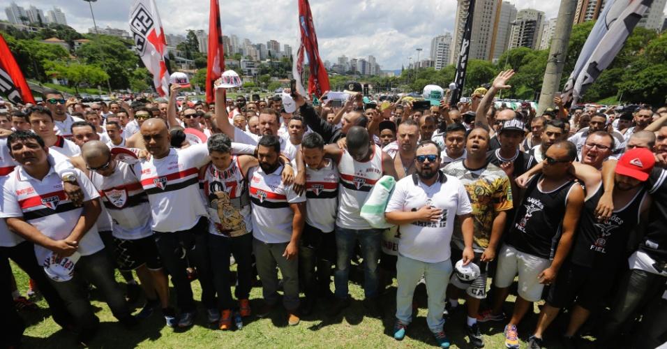 Torcedores de times rivais de São Paulo se unem para homenagear vítimas do acidente do avião que levava a delegação da Chapecoense