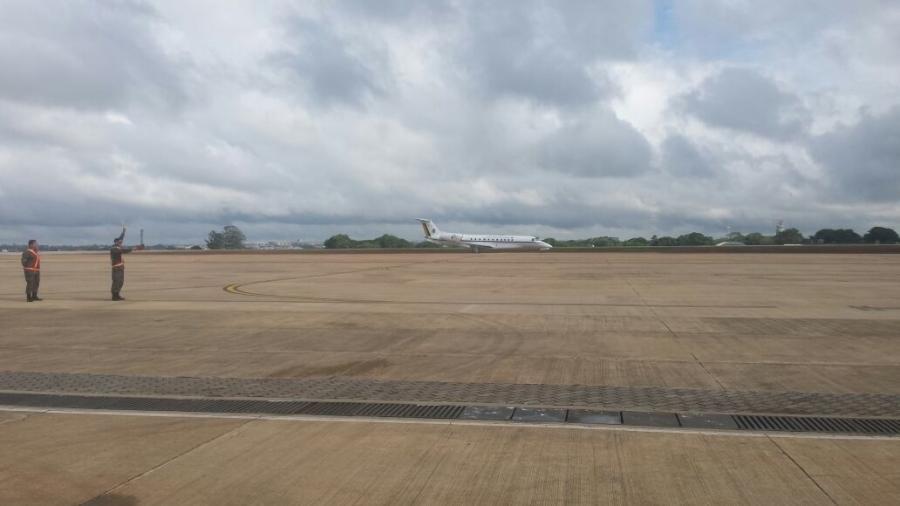 Avião da FAB em base aérea de Brasília - Daniel Brito/UOL