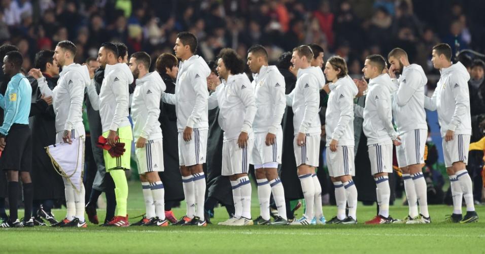 Jogadores de Real Madrid e Kashima Antlers se cumprimentam antes da decisão do Mundial de Clubes