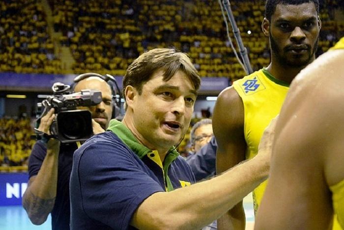 Rubinho dando instrução em jogo da seleção de vôlei