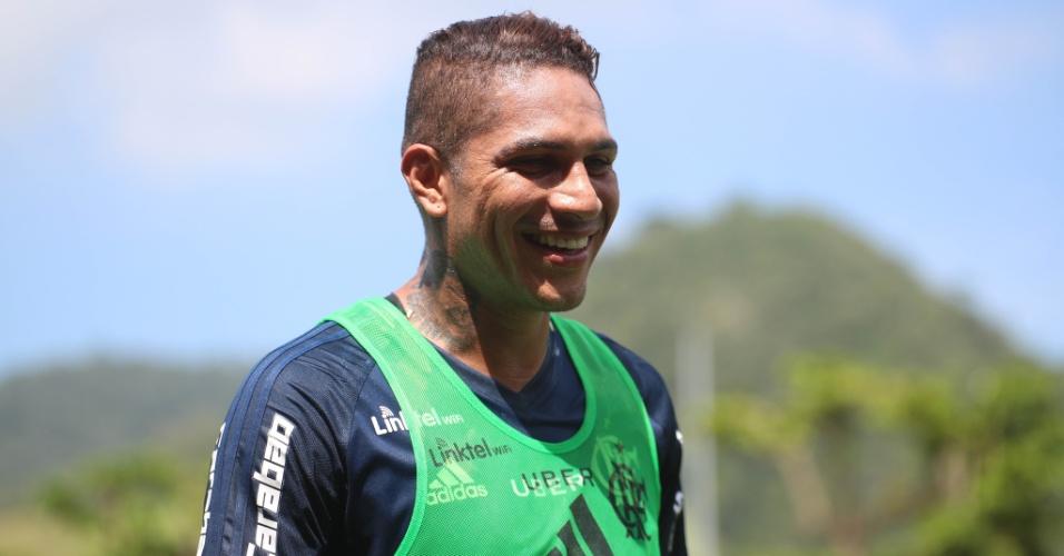 Guerrero sorri durante treinamento do Flamengo no Ninho do Urubu
