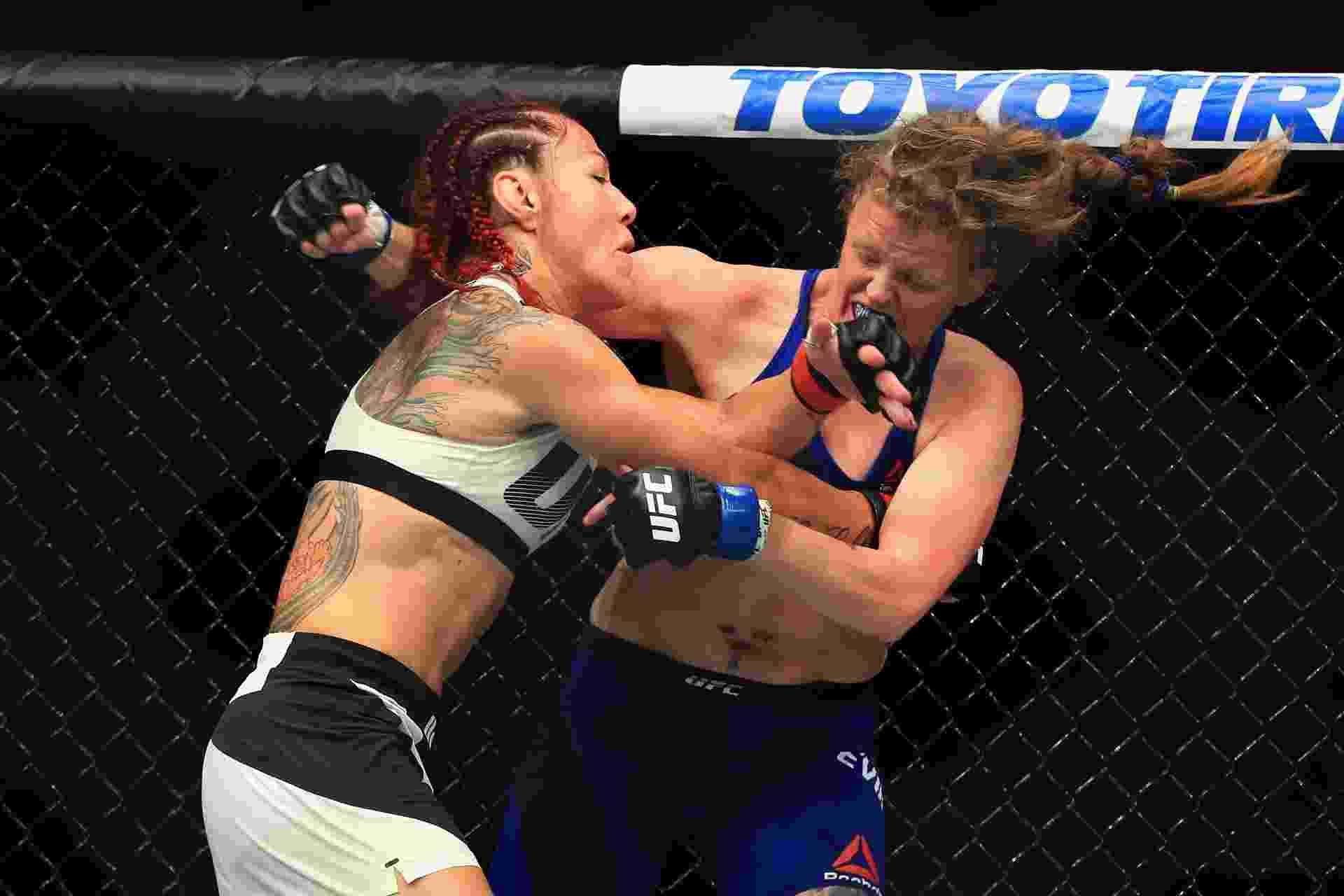 Brasileira Cris Cyborg golpeia Tonya Evinger durante luta válida pelo UFC 214 - Sean M. Haffey/Getty Images
