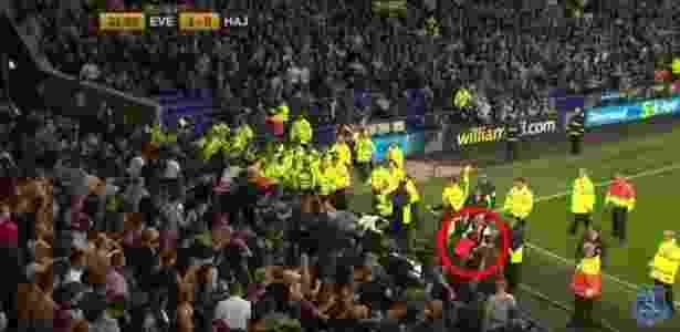 Menino é resgatado por segurança em confusão durante partida do Everton - Reprodução