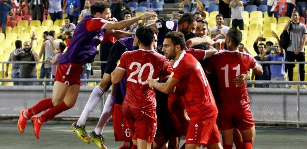 Jogadores da Síria comemoram gol marcado por Omar Al Soma contra a Austrália