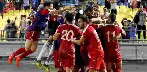 Jogadores da Síria comemoram gol marcado por Omar Al Soma contra a Austrália - Lai Seng Sin/Reuters