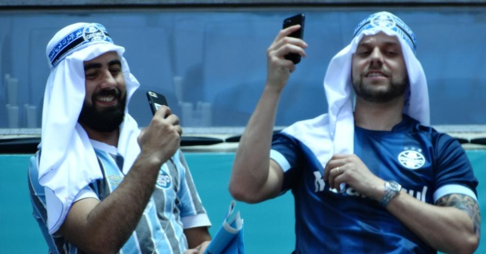Torcedores do Grêmio se vestem de modo temático aguardando o Mundial dos Emirados Árabes