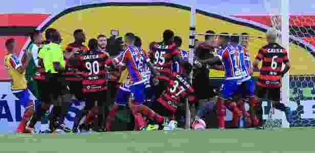 Briga generalizada no clássico entre Bahia e Vitória - MARGARIDA NEIDE/AGÊNCIA A TARDE/ESTADÃO CONTEÚDO - MARGARIDA NEIDE/AGÊNCIA A TARDE/ESTADÃO CONTEÚDO